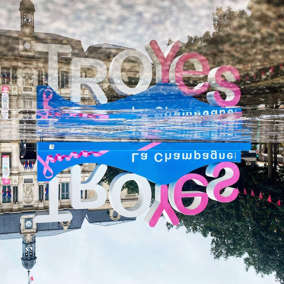 Octobre rose à Troyes lettres géantes